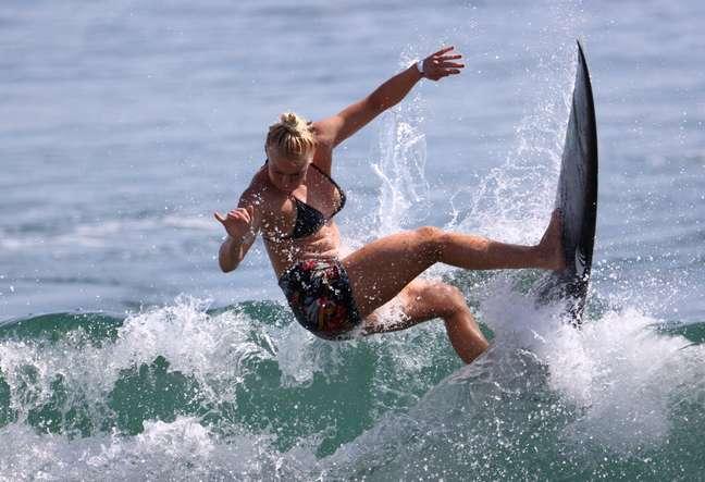 A brasileira Tatiana Weston-Webb durante treino desta sexta-feira no mar de Tsurigasaki