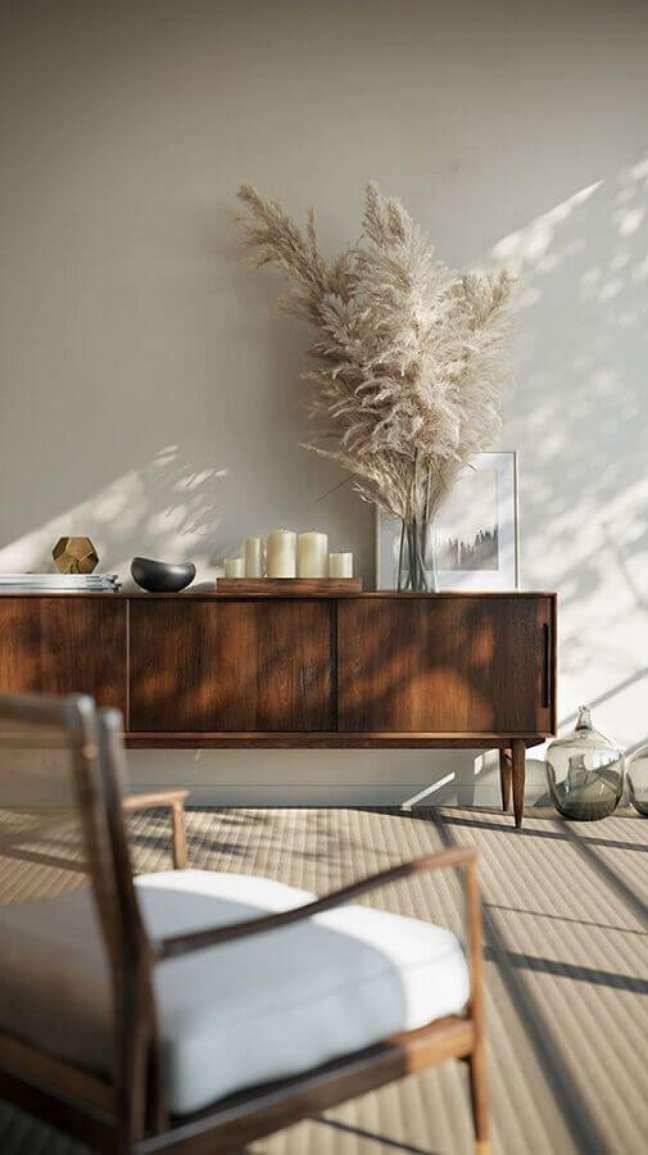 47. Sala clean decorada com poltrona e buffet de madeira – Foto: Apartment 34