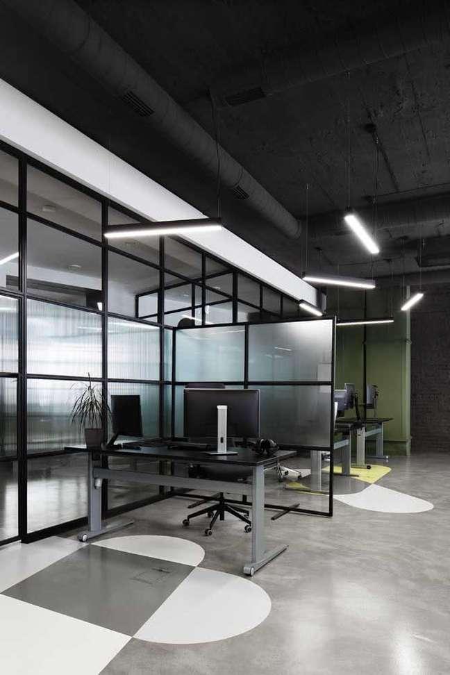 38. Escritório com portas e divisórias de vidro – Foto Pinterest
