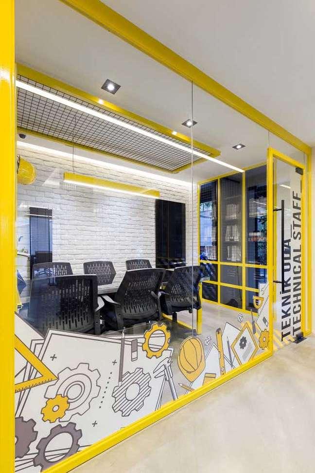 26. Divisórias para escritório amarelas – Foto Pinterest