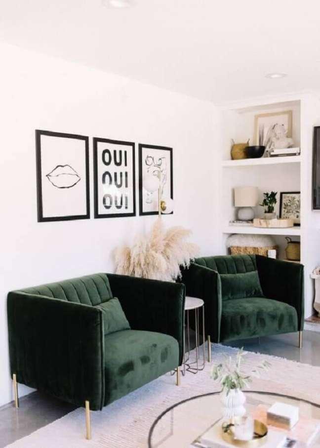 3. Sala branca decorada com quadros preto e branco e poltrona verde escuro confortável – Foto: Apartment Therapy