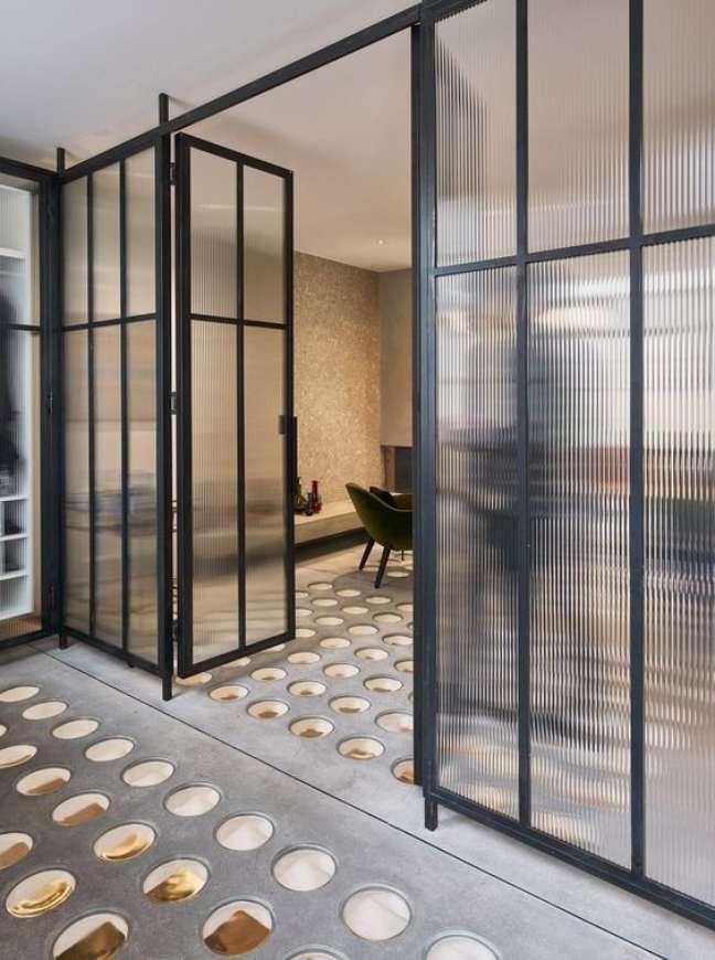 49. Divisórias para escritório com porta de ferro e vidro – Foto Dwell