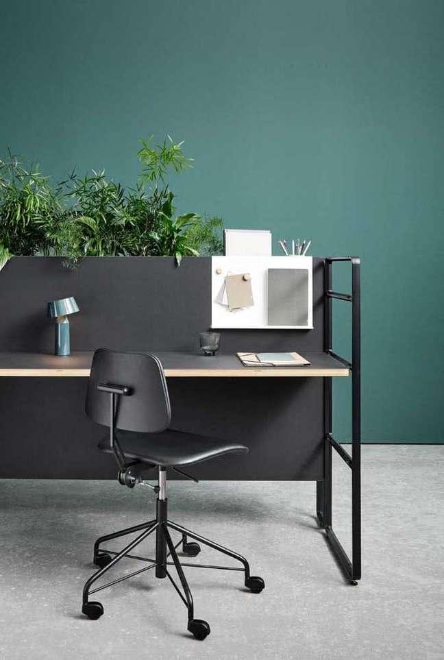 18. Mesas com divisórias para escritório – Foto Pinterest