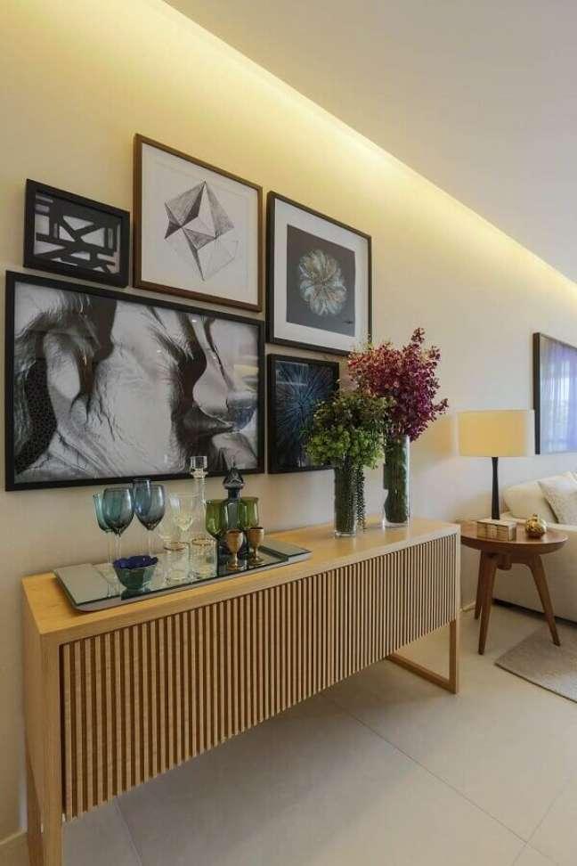 5. Sala moderna decorada em cores claras com bandeja espelhada para buffet aparador de madeira – Foto: Jeito de Casa
