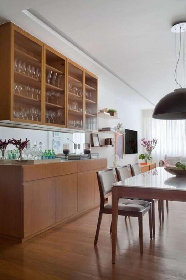 18. Buffet de madeira para sala de jantar decorada com cristaleira de parede – Foto: Casa de Valentina