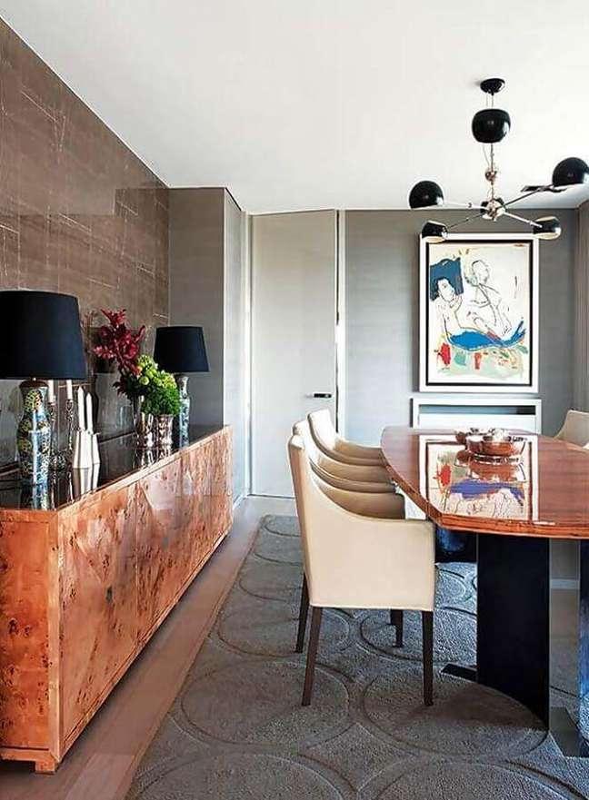 4. Buffet de madeira de demolição para sala de jantar moderna decorada com tapete cinza e cadeiras estofadas – Foto: Pinterest