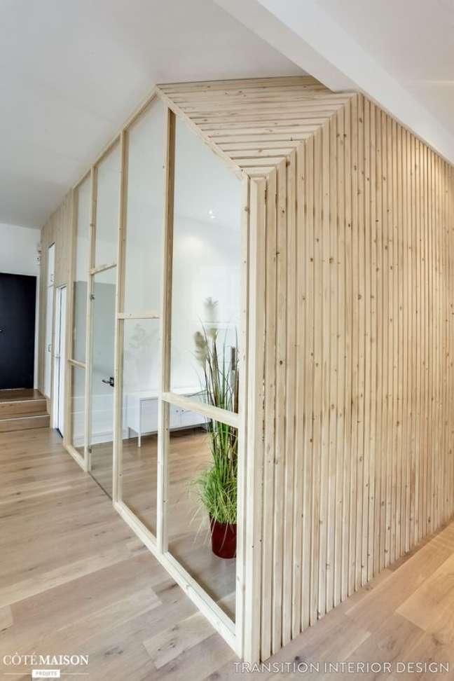4. Decoração com divisórias para escritório de madeira e vidro com plantas – Foto Cote Maison