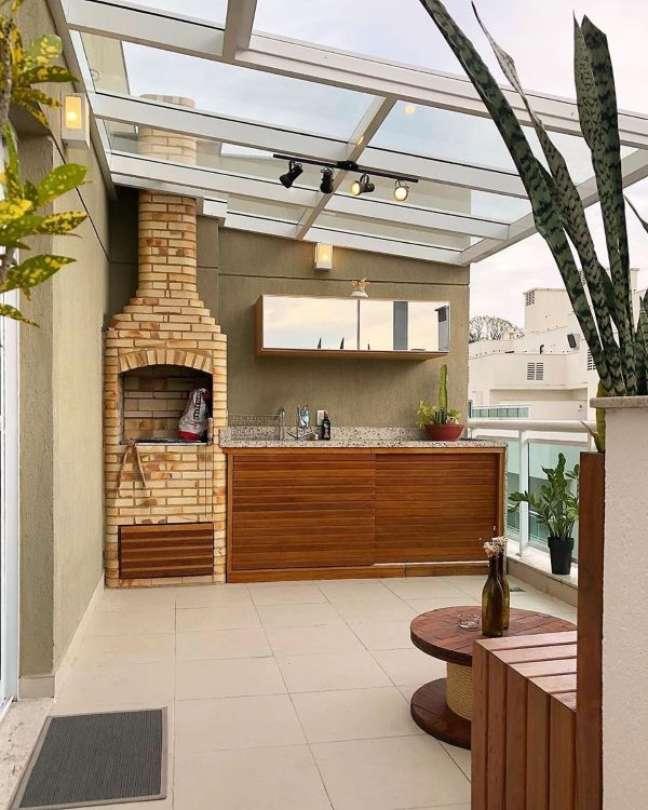19. Chaminé para churrasqueira acima da cobertura de vidro na área gourmet – Foto Pinterest