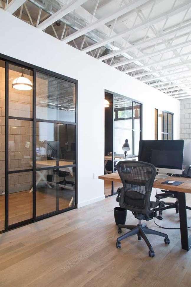 22. Divisórias para escritório de vidro com estrutura de ferro – Foto Pinterest