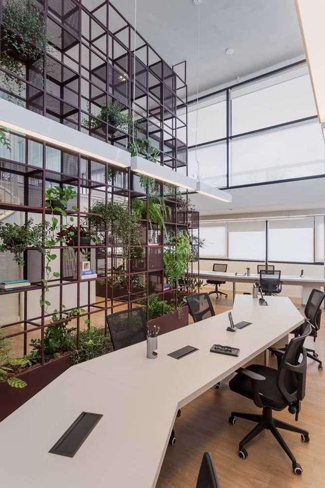 16. Estantes como divisórias para escritorio decorado com plantas -Foto Pinterest