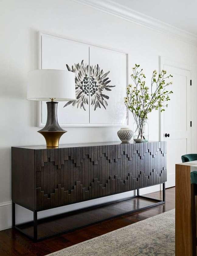 45. Sala branca decorada com buffet de madeira com detalhe 3D nas portas – Foto: Braun + Adams