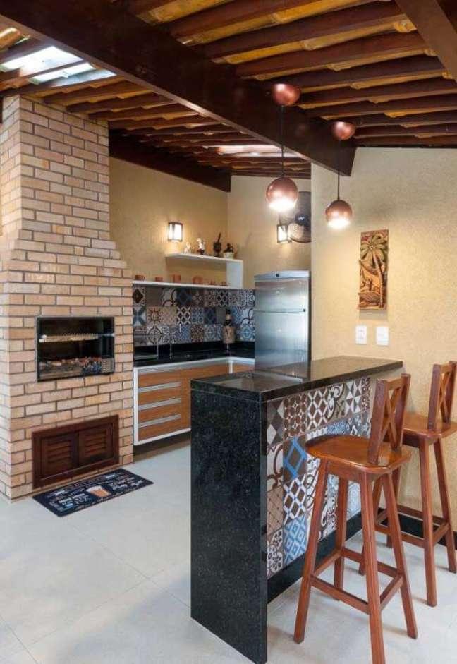 10. Área gourmet planejada com churrasqueira de tijolinho pequena e chaminé acima do telhado – Foto Pinterest