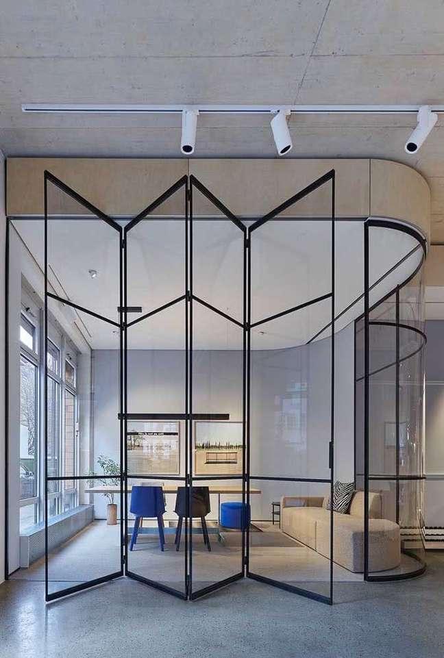 32. Divisórias de escritório com portas camarão de vidro – Foto Pinterest