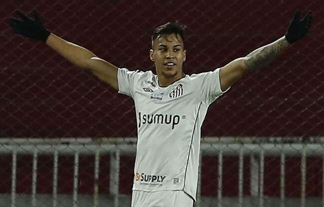 Kaio Jorge fez o gol do Santos no empate contra o Independiente (Foto: Gustavo ORTIZ / POOL / AFP)