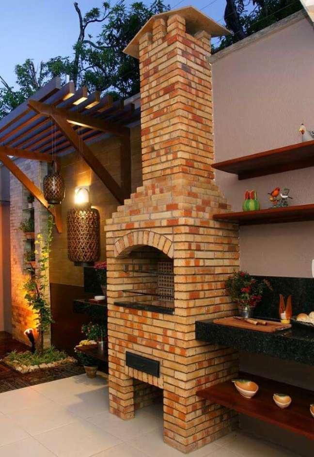 6. Área externa com churrasqueira pequena de tijolinho e chaminé – Foto Pinterest