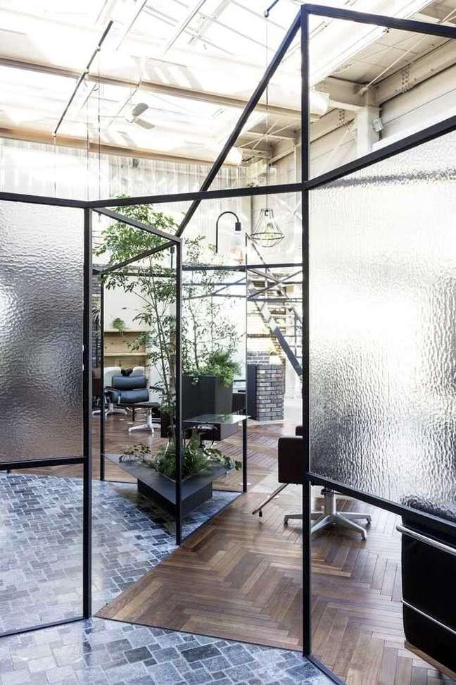 11. Divisórias de vidro fosco para escritório – Foto Pinterest
