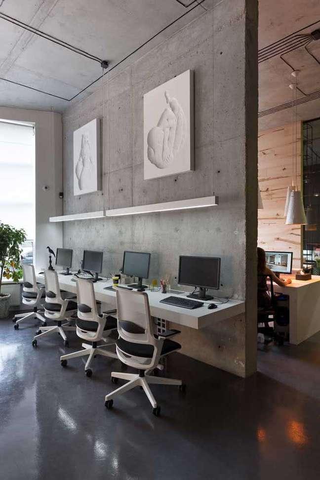 14. Divisórias para escritório com parede cimento queimado – Foto Pinterest