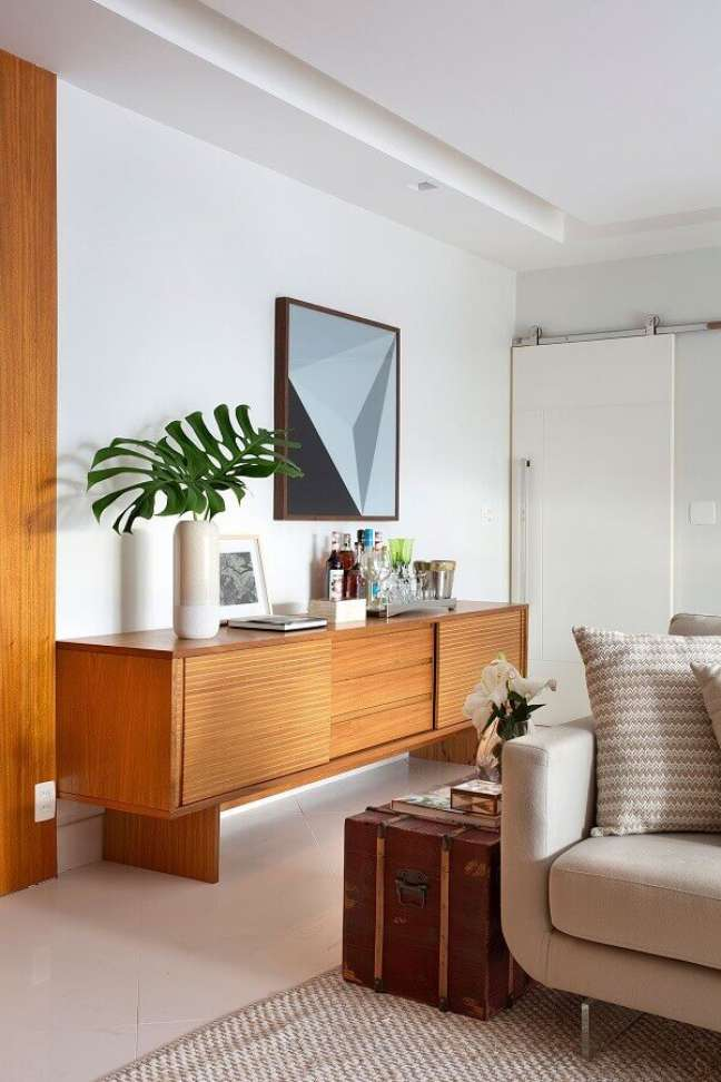 16. Buffet de madeira para decoração de sala de jantar integrada com sala de estar – Foto: Casa de Valentina