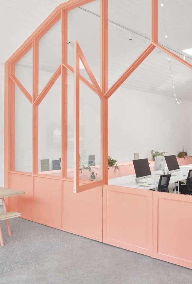 33. Divisórias para escritório cor de rosa – Foto Pinterest
