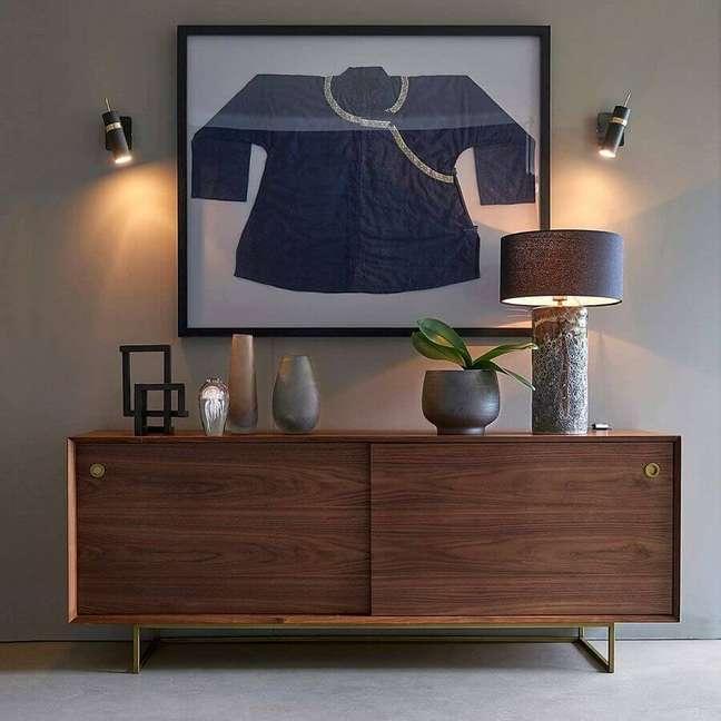 31. Decoração de sala cinza com buffet de madeira moderno – Foto: La Redoute UK