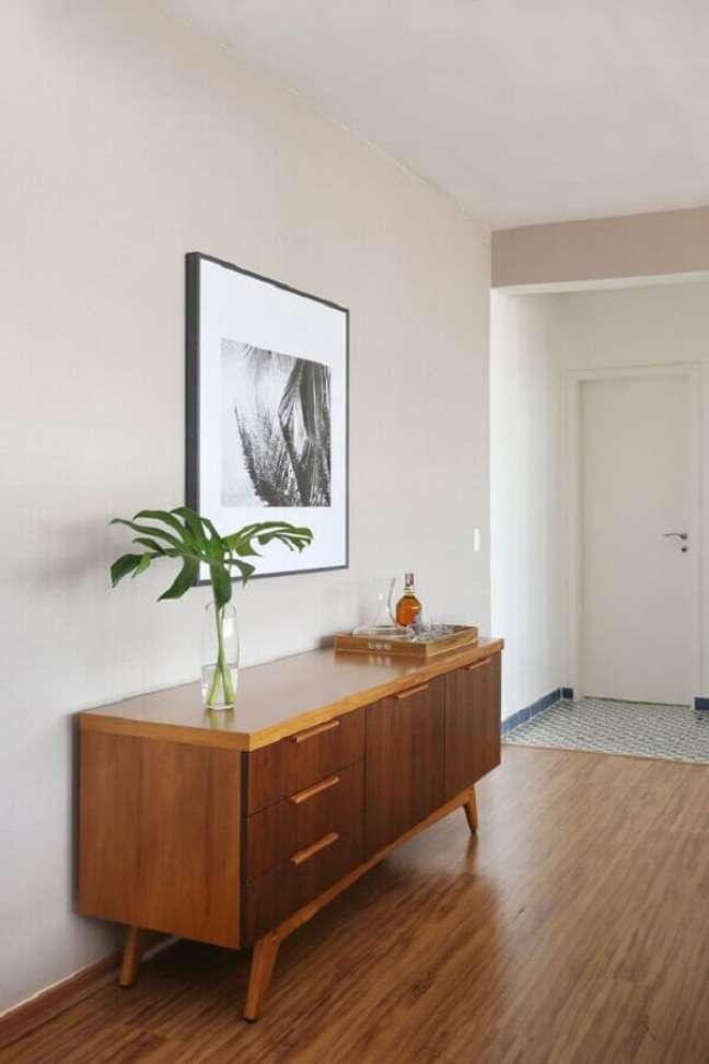27. Decoração clean com buffet de madeira para corredor – Foto: Iná Arquitetura