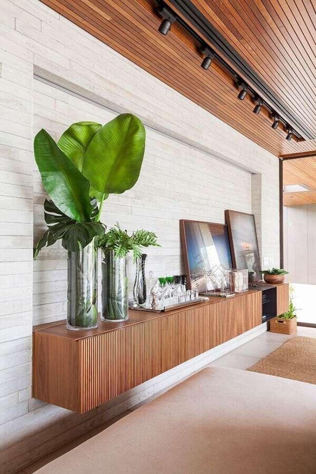 37. Decoração moderna para sala de jantar com buffet de madeira suspenso – Foto: AG Movelaria