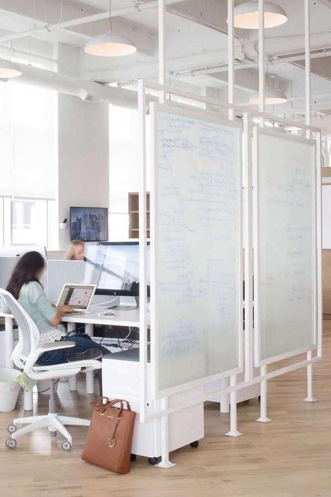 13. Divisórias para escritório com móveis e decoração branca – Foto Pinterest