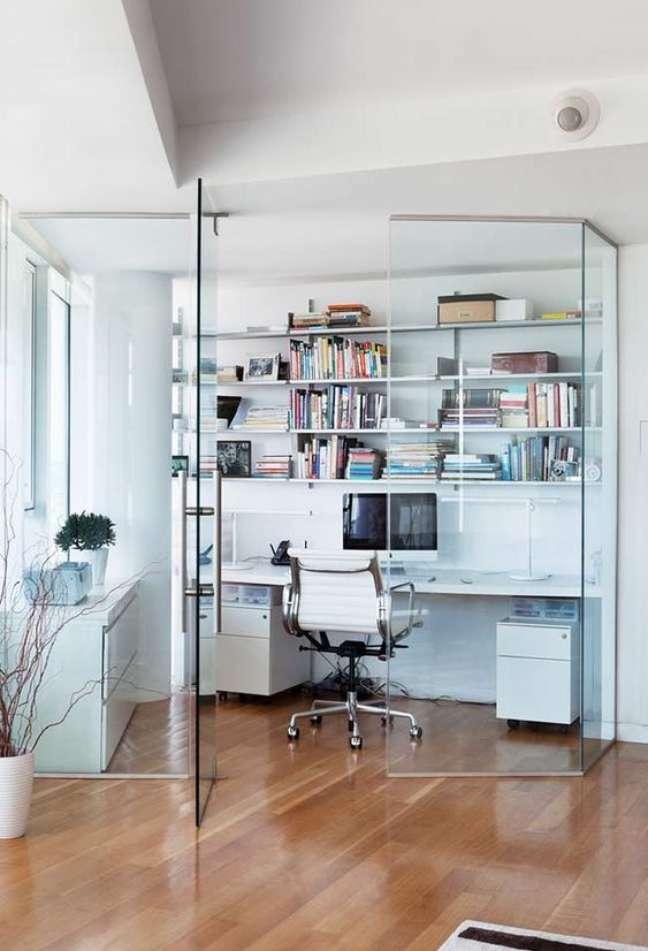 40. A porta de vidro é uma das melhores divisórias para escritório em casa – Foto Pinterest