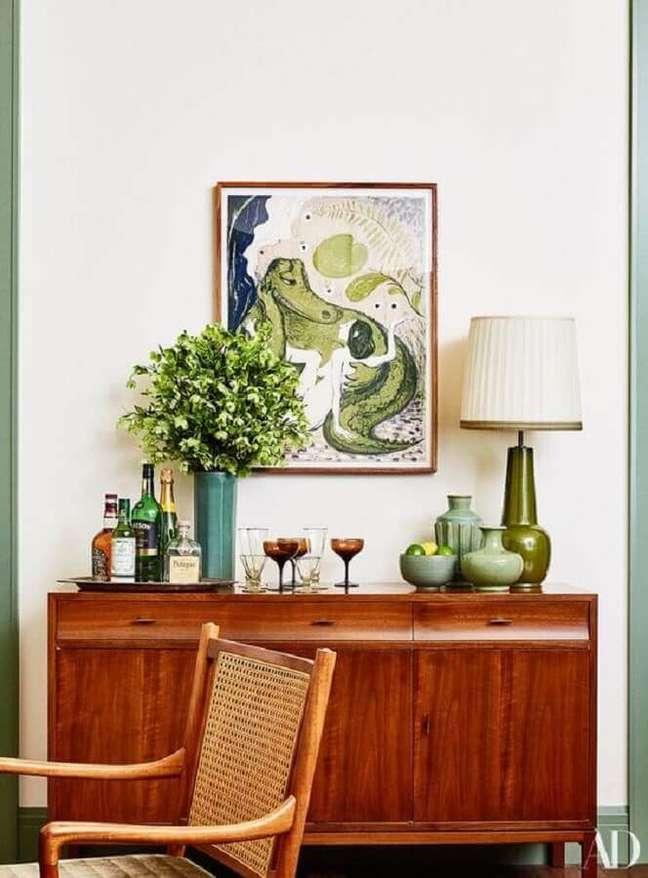 38. Decoração simples com buffet de madeira antigo – Foto: Architectural Digest