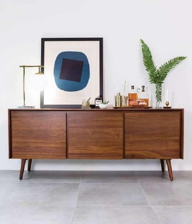 28. Apesar de ser mais comumente usado na sala de jantar, o buffet de madeira também pode ser colocado em outros cômodos da casa – Foto: Article