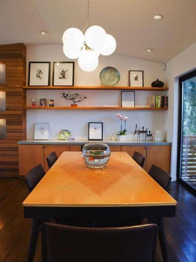 34. Decoração de sala de jantar com mesa e buffet de madeira – Foto: Houzz