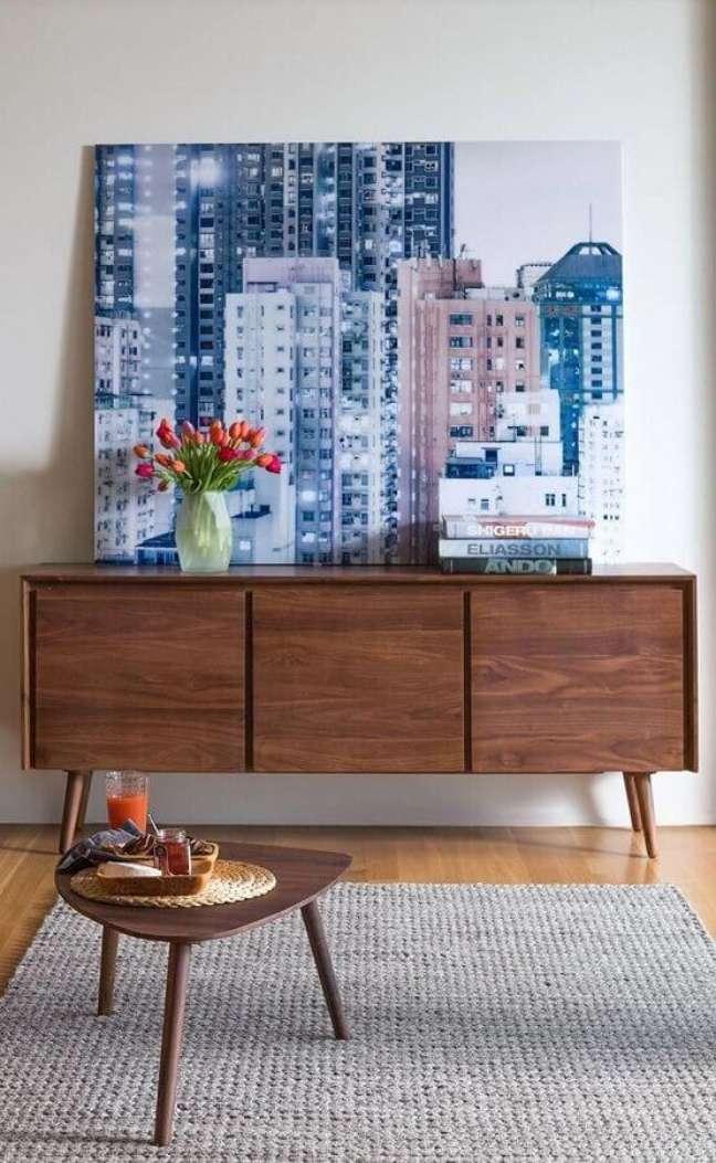 44. Quadro grande para decoração de armário buffet de madeira – Foto: Article