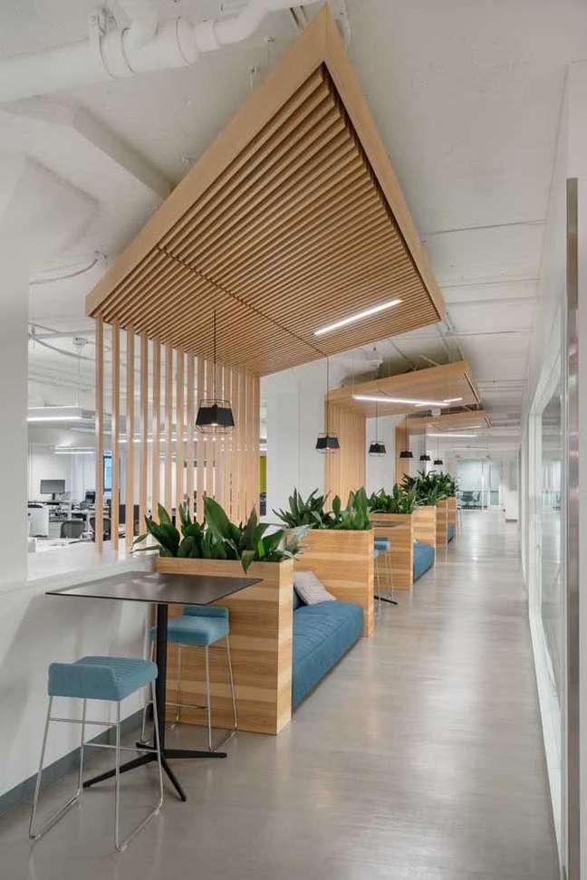 31. Divisórias para escritório feitas de madeira e plantas – Foto Pinterest