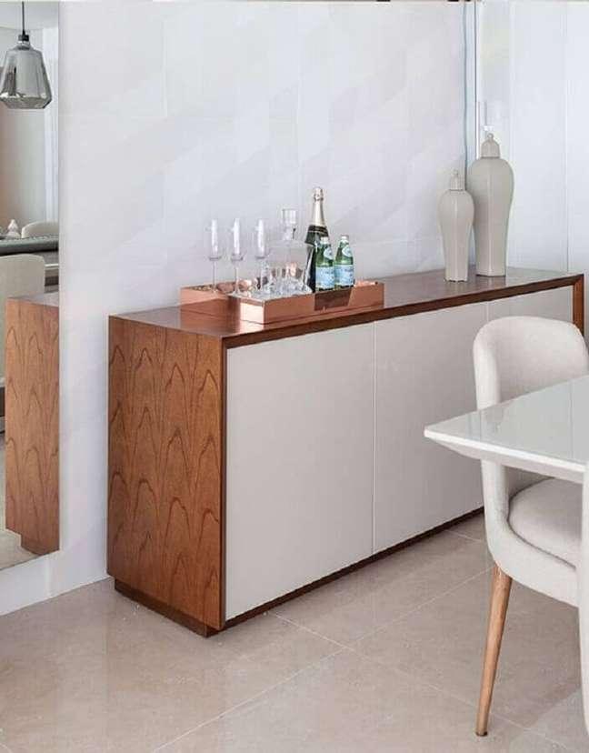 10. Buffet de madeira com portas brancas para decoração de sala de jantar – Foto: Pinterest