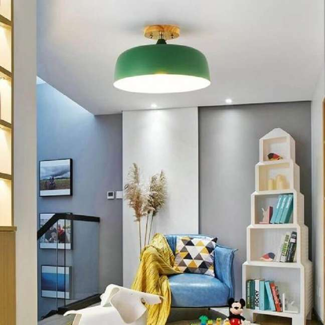 5. Luminária de teto verde para decoração de sala cinza pequena – Foto: Pinterest
