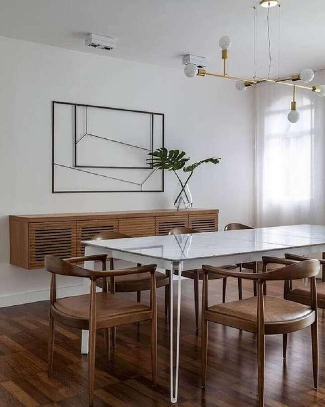 35. Decoração minimalista com buffet de madeira para sala de jantar – Foto: Cristiana Bertolucci Estúdio