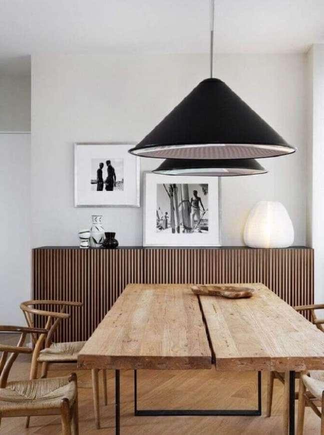 17. Buffet de madeira para sala de jantar branca decorada com mesa rústica e pendente preto – Foto: Futurist Architecture