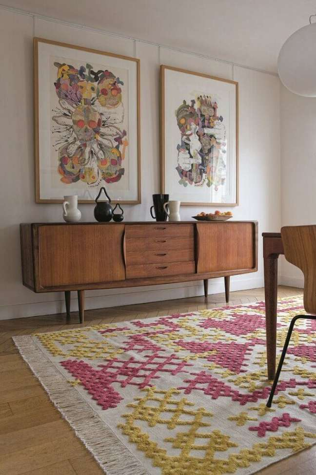 15. Buffet de madeira para decoração de sala com tapete grande e colorido – Foto: Pinterest