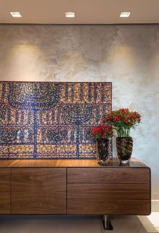 57. Vasos de flores para decoração de buffet de madeira maciça – Foto: Andréa Buratto Arquitetura