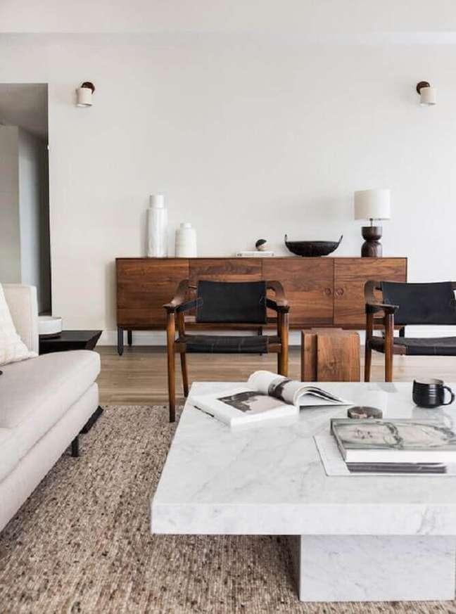 11. Buffet de madeira de demolição para sala de estar decorada com poltrona preta – Foto: Apartment 34