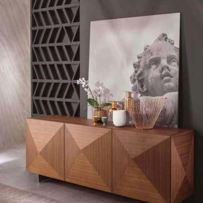 46. Sala cinza moderna decorada com buffet de madeira – Foto: Dolve Vita