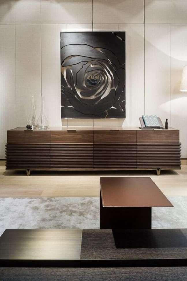 14. Buffet de madeira escura para decoração de sala de jantar grande – Foto: Behance