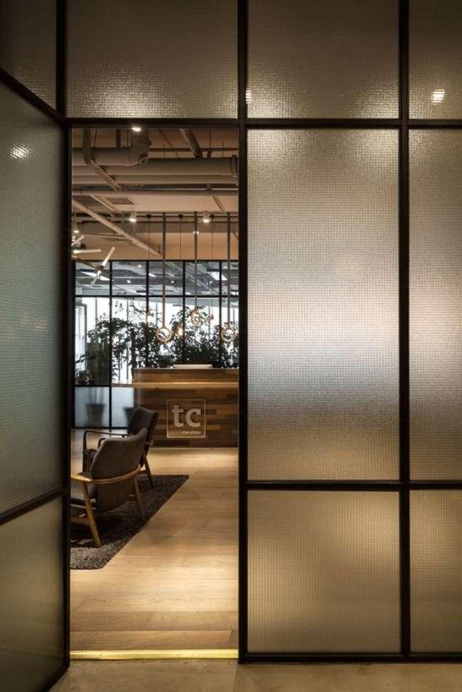 41. Decoração com divisória para escritório de vidro fosco – Foto Archdaily