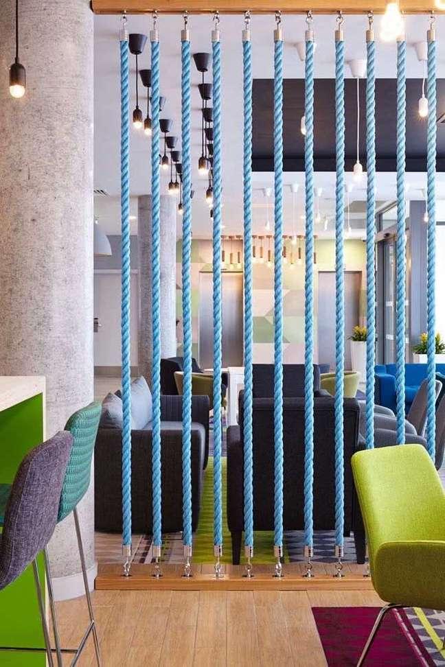 65. Divisórias para escritório com cordas azuis – Foto Pinterest