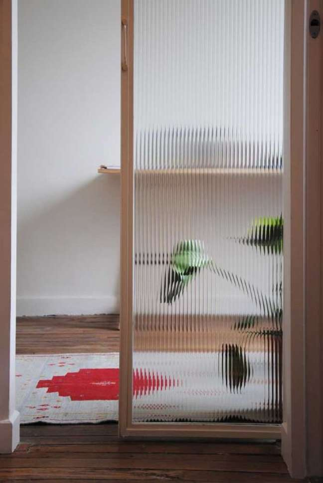 50. Divisórias para escritório de vidro canelado – Foto Revista VD