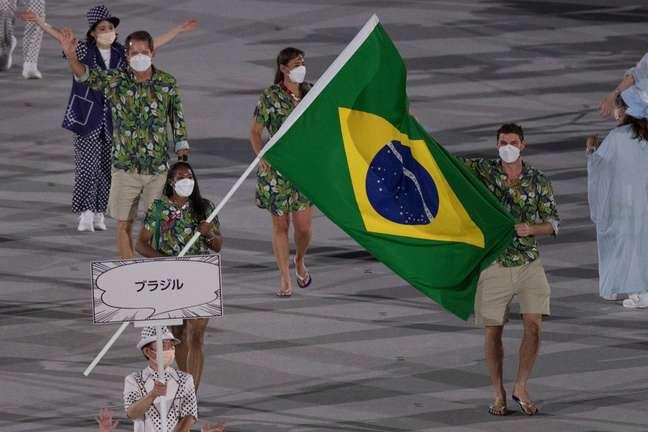 Ketleyn Quadros e Bruninho foram os porta-bandeiras do Brasil