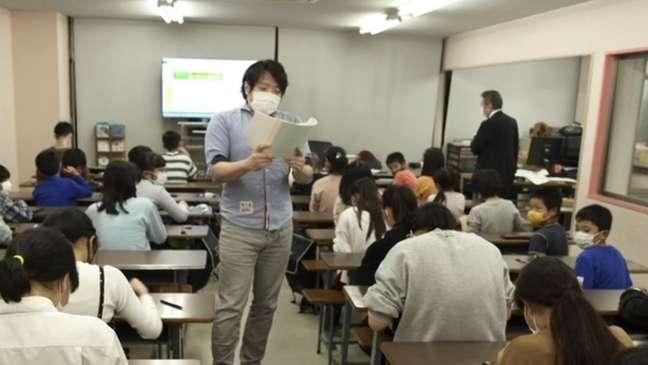 O professor dita com rapidez os números a serem somados — e os alunos fazem a conta com o ábaco em questão de segundos