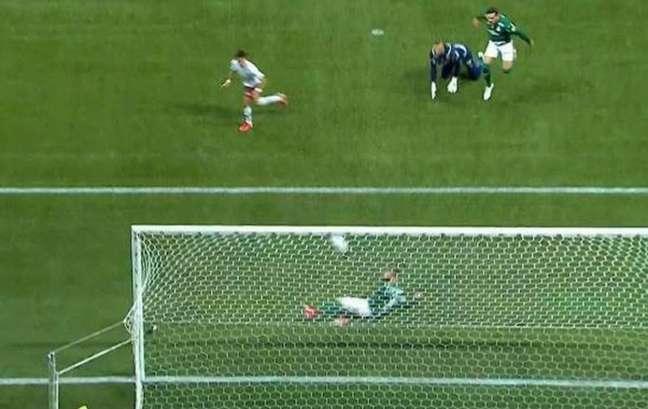 Zé Rafael salva em cima da linha (Foto: Reprodução/Premiere)