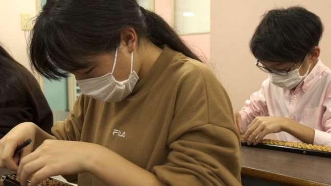 Muitos alunos optam por ter aulas extracurriculares de ábaco para chegar a um nível mais alto