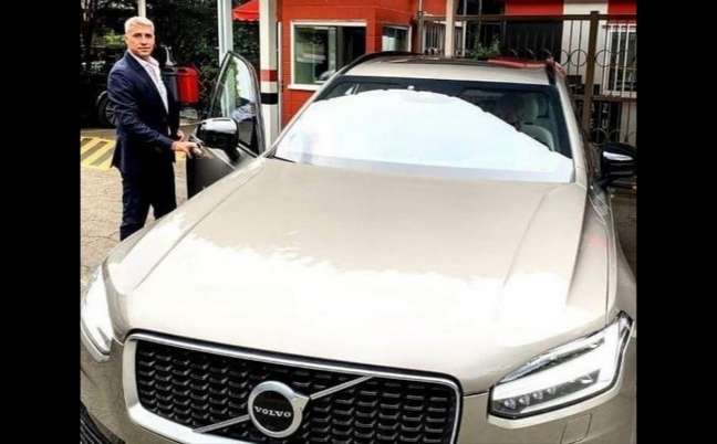 Crespo ao lado de seu carro da Volvo (Foto: Reprodução/ Twitter)